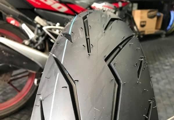 Cận cảnh thiết kế của lốp Pirelli 150/60-17 Diablo Rosso Sport