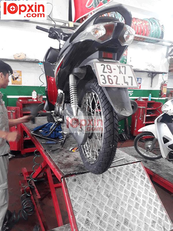 Lốp xe máy chống đinh