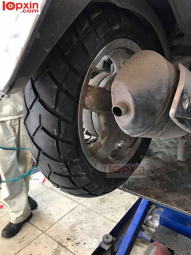 Bánh sau xe Vespa Primavera được thay lốp Maxxis