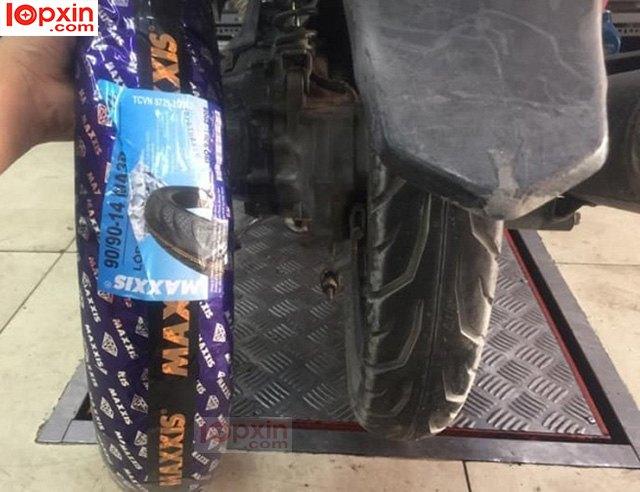 Lắp lốp Maxxis cho bánh sau xe Airblade
