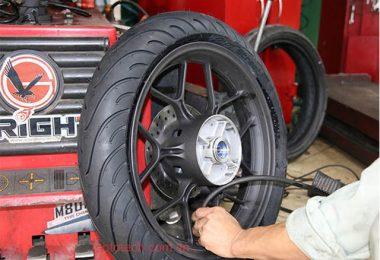 Bơm áp suất lốp xe máy bao nhiêu Kg đúng tiêu chuẩn nhất